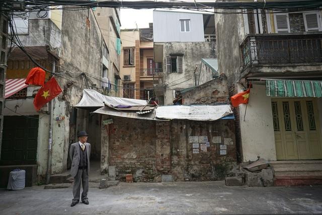 Nhiều con phố gần như không người qua lại, chỉ thấy những người già đóng bộ ngay ngắn để đi chúc Tết.