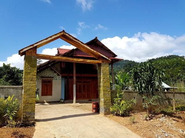 Nhiều ngôi nhà khang trang ở làng Pà Rum B