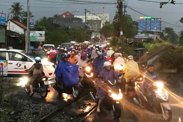 Nhiều tuyến đường bị kẹt nặng trong cơn mưa cực lớn chiều tối mùng 6 Tết.