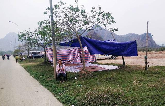 Dọc 2 bên đường Tràng An đầy những lều dịch vụ cho thuê chiếu ngồi nghỉ.
