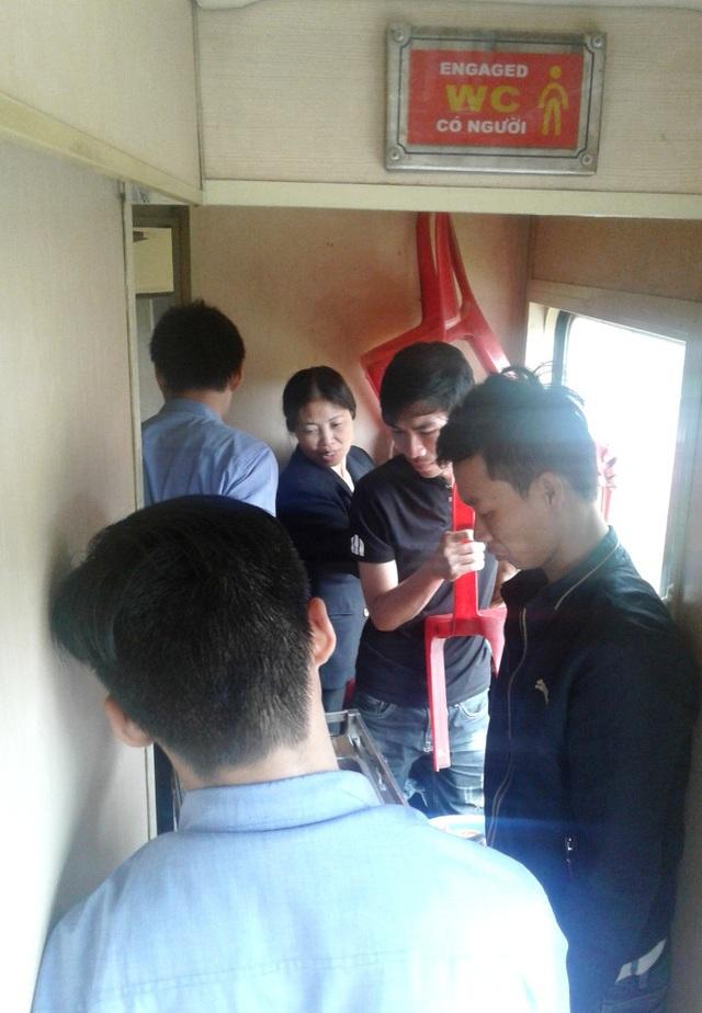 Khi nhân viên tàu đi phát cơm, bán đồ ăn thì hành khách lại nhốn nháo xách ghế né