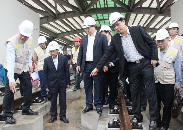 Phó Thủ tướng Trịnh Đình Dũng kiểm tra hệ thống đường ray của tuyến đường sắt Cát Linh - Hà Đông.