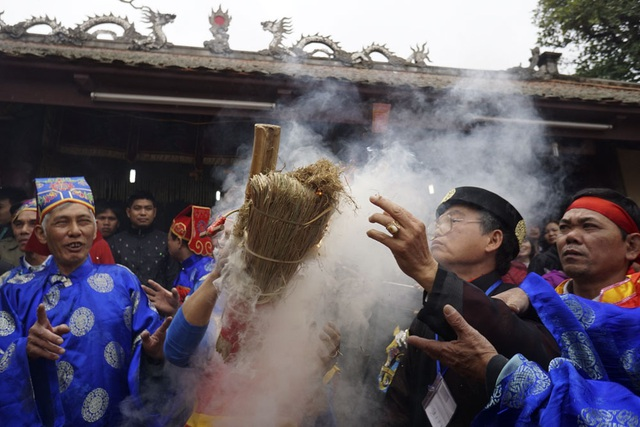 Trong từ 2 - 3 phút ngọn lửa bùng cháy, lúc này người dân giơ cao bùi nhùi và thổi mạnh nuôi lửa chuẩn bị nấu cơm.