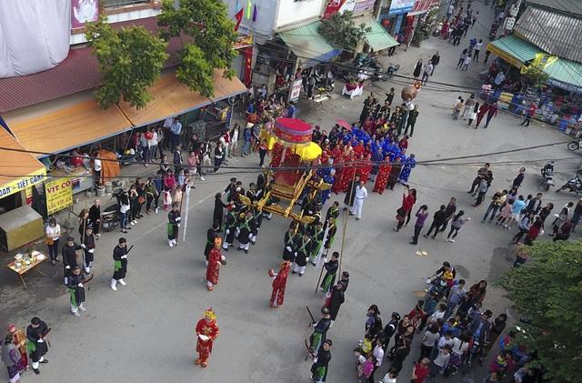 Ngày mùng 9 tháng Giêng hàng năm, làng Triều Khúc lại mở hội, kéo dài tới ngày 12. Khai hội có một đám rước lớn với sự tham gia của hàng trăm người trong đủ loại trang phục cổ xưa. Họ rước thánh từ đình thờ sắc xuống đại đình của làng.