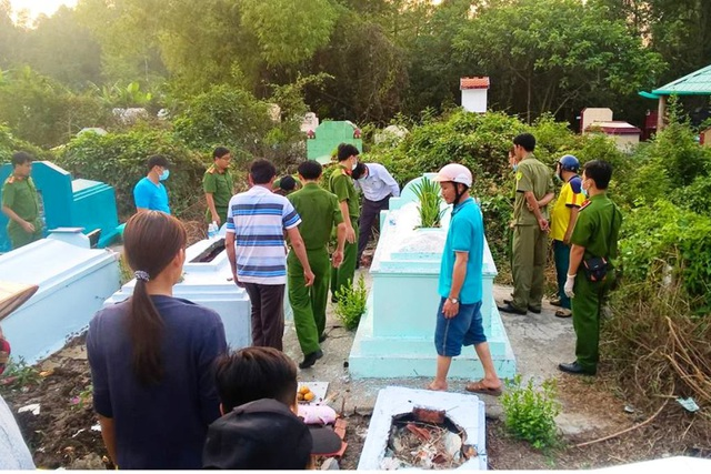 Chiều  ngày 9/2, ngành chức năng tiến hành khai quật mộ và khám nghiệm tử thi cháu bé T. (ảnh từ Facebook Hoi Kiên Lương)
