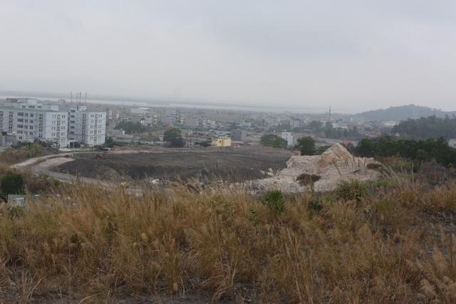 """Một góc dự án khu đô thị đồi Chè đã được công ty CP doanh nghiệp trẻ Quảng Ninh san lấp mặt bằng. Giờ đang """"đắp chiếu"""".."""