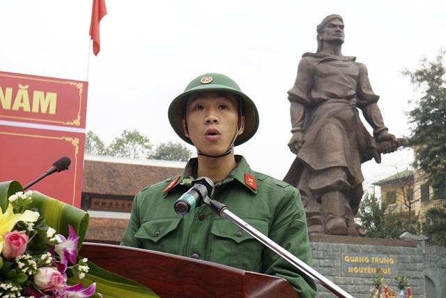 Tân binh Nguyễn Ngọc Tân (23 tuổi, phường Láng Thượng) tuyên thệ dưới chân tượng đài Quang Trung.
