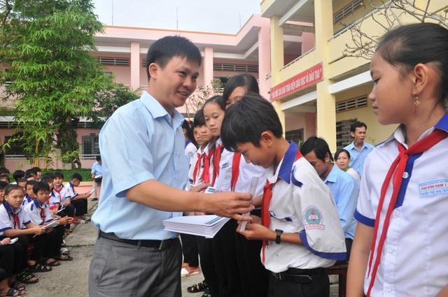 Ông Nguyễn Tiến Việt - Trưởng đại diện công ty Grobest Việt Nam tại Kiên Giang trao học bổng cho các em học sinh trường THCS Vĩnh Bình Nam 1