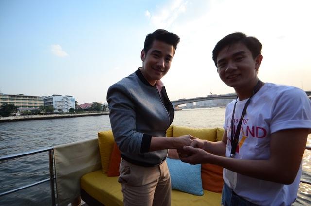 Mario khá thân thiện bắt tay cùng bạn Thịnh, đến từ trường ĐH KH XH&NV TPHCM.