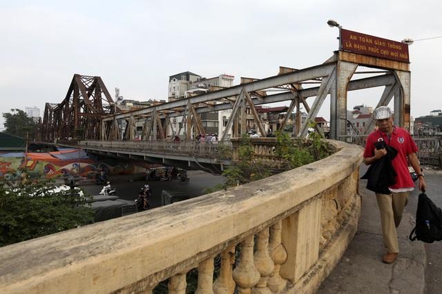 Một đoạn đường dẫn lên cầu từ phía đường Trần Nhật Duật. Do hiện trạng xuống cấp, ô tô đã bị cấm qua cầu.