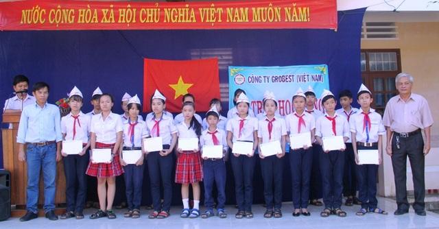 Đại diện Cty Cty TNHH Grobest Việt Nam trao học bổng cho học sinh nghèo trường THCS Canh Vinh