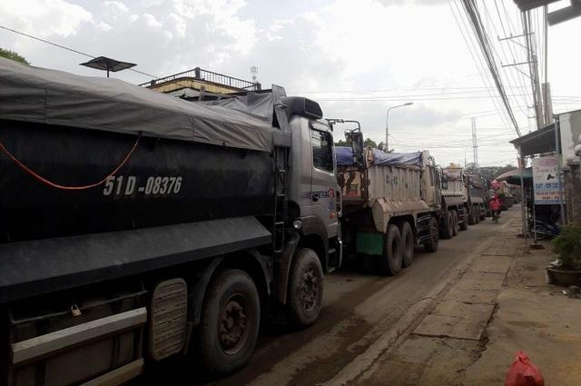 Hàng đoàn xe tải chở đá từ mỏ đá Tân Cang bị kẹt cứng do dòng xe từ quốc lộ 51 chạy vào đã khiến mặt đường Đinh Quang Ân nhỏ hẹp bị ùn ứ (ảnh được người dân chụp vào chiều 24/2).