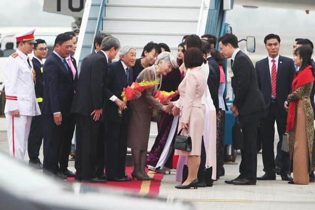 Phó Chủ tịch nước Đặng Thị Ngọc Thịnh đón Nhà vua và Hoàng hậu Nhật tại chân cầu thang máy bay.