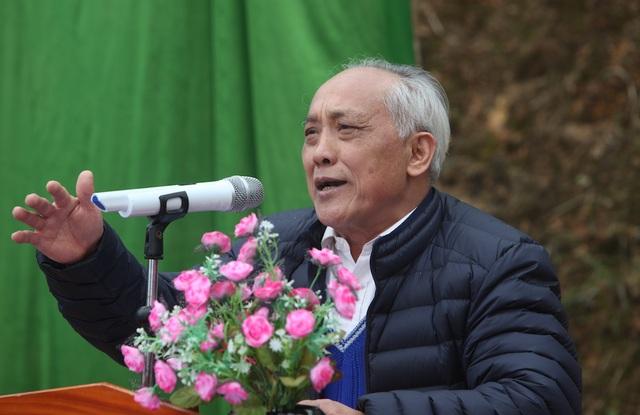 Ông Hạng Mí De, Chủ tịch Hội Khuyến học tỉnh Hà Giang xúc động trước hoạt động thiện nguyện đầy ý nghĩa mà báo Dân trí đã thực hiện nên quyết định hỗ trợ trước mắt 11.700.000 đồng cho việc đầu tư xây dựng công trình phòng học Dân trí tại Na Quang
