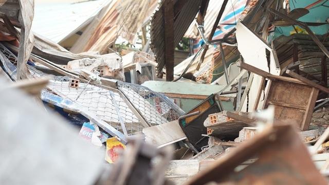 Căn nhà bị tông sập