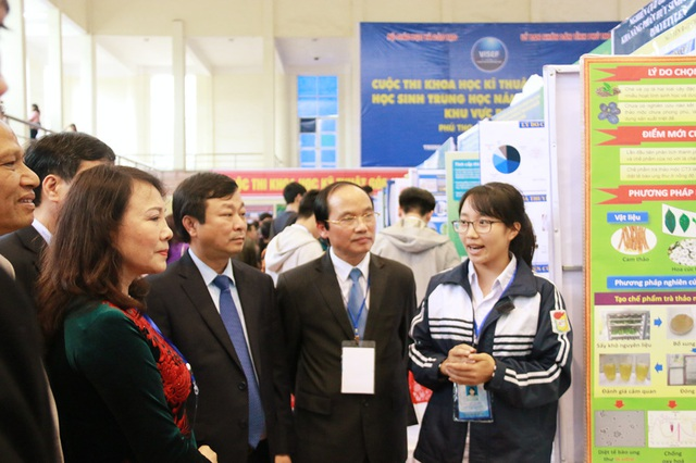 Thứ trưởng Nguyễn Thị Nghĩa tham quan gian trưng bày của các đội thi.