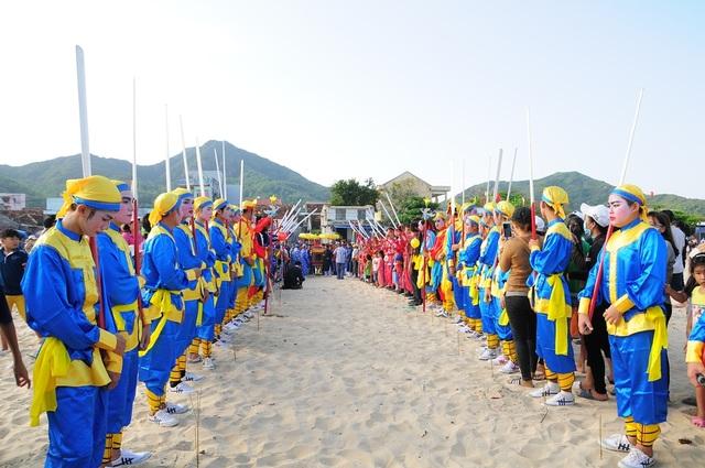 Đội bá trạo và Đội múa gươm hộ rước hầu thần