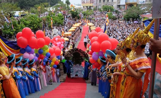 Hàng vạn người về dự lễ hội Quán Thế Âm