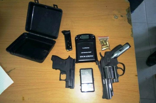 Số súng, đạn và ma tuý Công an Thủ Đức thu giữ của nhóm đối tượng.