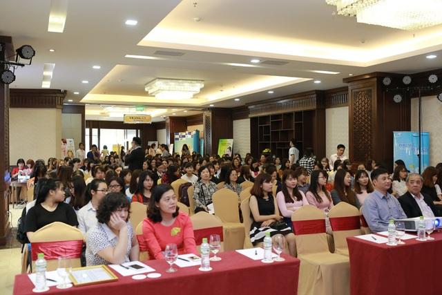 Hơn 1,200 chị em phụ nữ là các cán bộ, công chức, viên chức trên toàn khu vực đã tề tựu và có mặt từ rất sớm để cùng tham gia những hoạt động vô cùng ý nghĩa của chiến dịch.