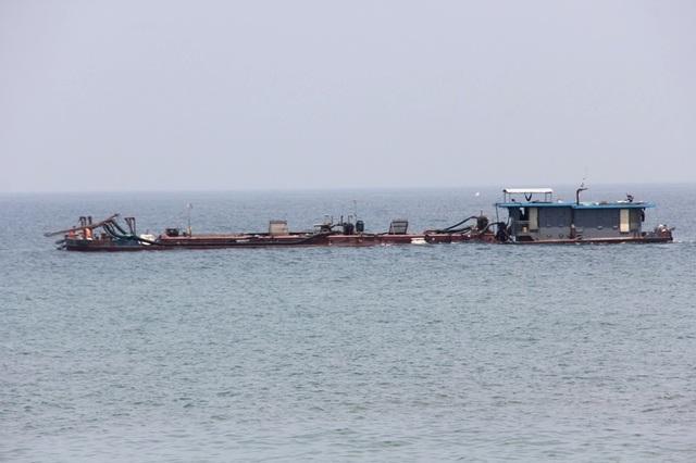 Các tàu hút cát đang thực hiện dự án ở biển Cửa Đại