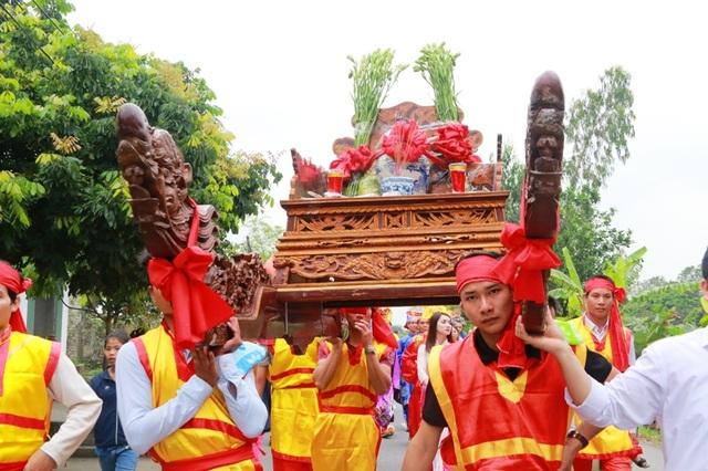 Trong nghi lễ rước nước, kiệu nước phải do các nam thanh niên khỏe mạnh khiêng. Kiệu này có 8 người khiêng để đảm bảo sự an toàn cho bình nước được rước từ sông Hoàng Long về đền vua Đinh Tiên Hoàng làm lễ dâng tiến.