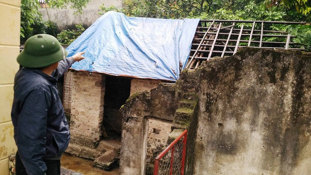 Nhà nuôi gia súc của gia đình ông Phú không còn ngói nhưng không dám sửa lại, chỉ che tạm tấm bạt.