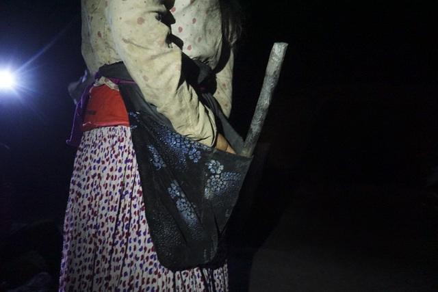 Đồ nghề rất đơn giản. Mối người gắn một chiếc đèn pin lên đầu, một chiếc búa để đập thăm dò đào bới và chiếc túi vải đựng quặng mót được.