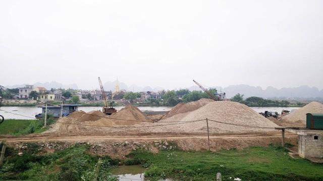 Bãi cát lậu chất cao như núi tại thôn Ngô Đồng, xã Gia Phú nhiều năm qua vẫn không bị dẹp bỏ.