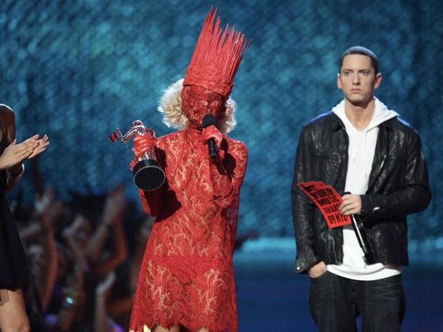 """Trong ảnh là khi Lady Gaga lên nhận giải tại lễ trao giải MTV VMA 2009, Gaga lựa chọn bộ trang phục ren che kín mặt, có cả """"vương miện""""."""