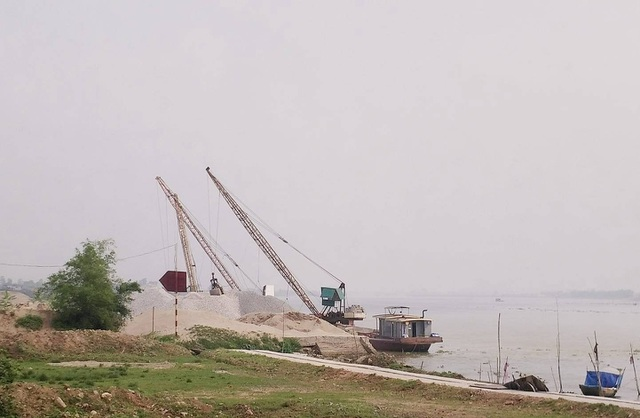 Không có phép nhưng nhiều năm qua bãi cát của hộ ông Quyết vẫn hoạt động bình thường, không bị xử lý dẹp bỏ.