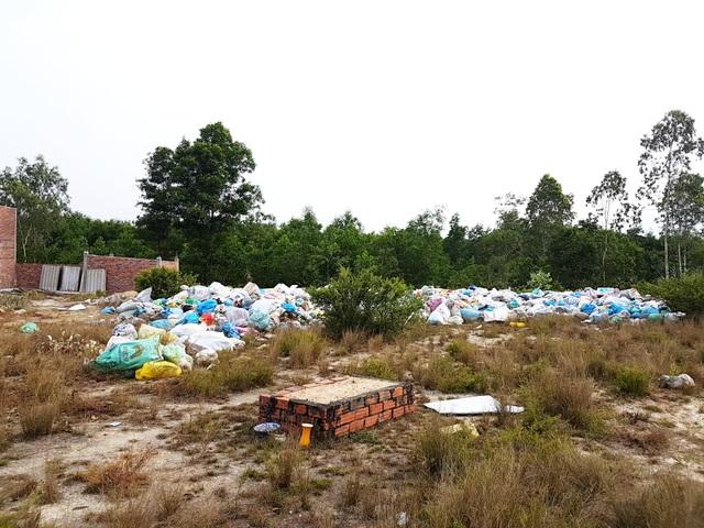 Dù chưa có phép và chưa xây dựng xong nhưng rác đã tập trung về gây mùi hôi thối