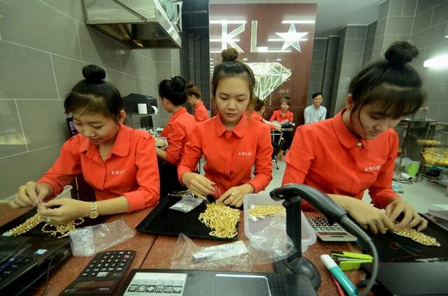 Các nhân viên của cửa hàng đang kiểm tra vàng thành phẩm.