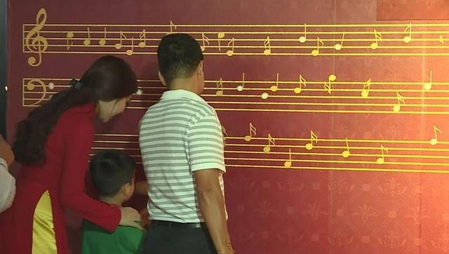 Các khách mời tự tay đính từng nốt nhạc lên khuôn nhạc khổng lồ
