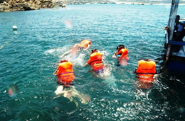 Du khách thích thú lặn ngắm san hô tại Bãi Dứa - xã Nhơn Lý (TP Quy Nhơn)- Đây đang là một trong những điểm đến hút du khách khắp mọi miền đất nước