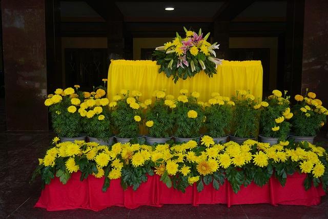 Hoa cúc vàng được đặt tại nơi chuẩn bị làm đại lễ.