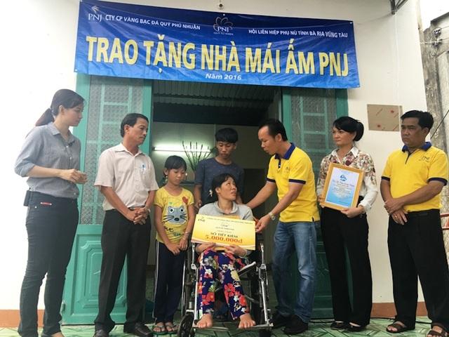 Đại diện PNJ trao tặng Mái Ấm PNJ – Công trình mang lại niềm vui an cư cho người dân nghèo cả nước