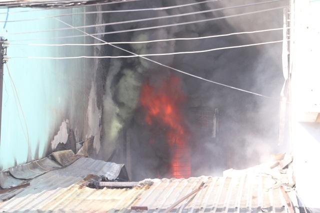 Đám cháy dữ dội gần cây xăng và khu dân cư khiến người dân hoảng loạn.