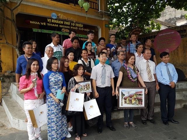 Ban tổ chức tặng hoa, quà và chụp hình kỉ niệm với đoàn du khách đến từ Thái Lan