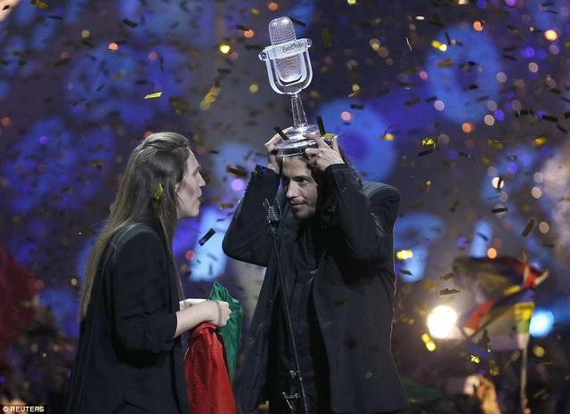 Nam ca sĩ Salvador Sobral thể hiện sự bình tĩnh và hài hước trên sân khấu trong phút giây chiến thắng. Người trao cúp chiến thắng là nữ ca sĩ đã giành giải nhất hồi năm ngoái - Jamala (Ukraine). Đây là lần đầu tiên đại diện của Bồ Đào Nha giành chiến thắng tại Eurovision.