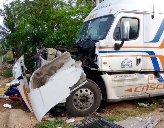Hiện trường vụ tai nạn giao thông làm 4 người trên xe tải chở dịch vụ đám cưới bị thương phải nhập viện