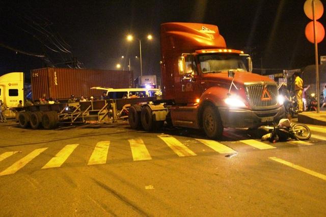 Xe máy của 3 mẹ chị T. bị xe đầu kéo tông ngã tại giao lộ QL1 – đường số 14.