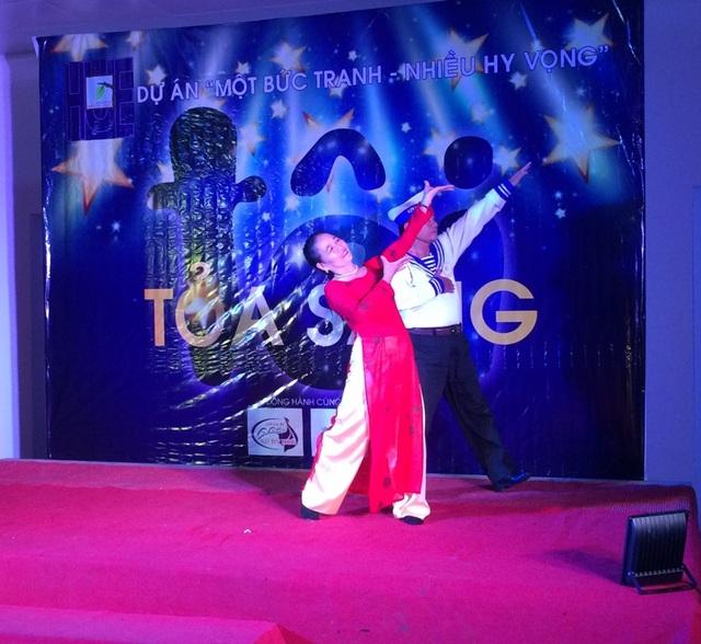 Nữ bệnh nhân thi múa