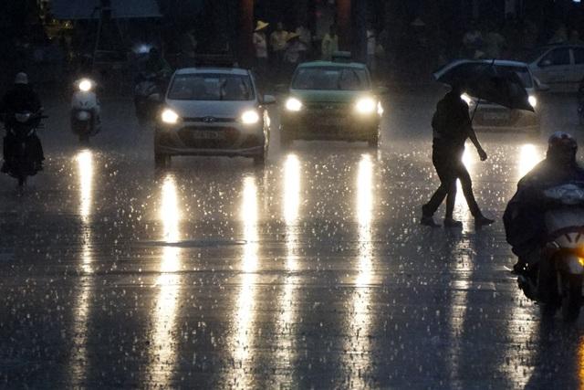 Trời tối sầm trong cơn mưa. Sau chuỗi ngày nắng nóng kỷ lục, mưa khiến nhiều người vui mừng.