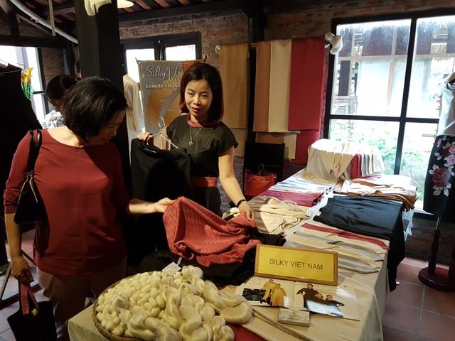 Khách hàng tham quan và mua sắm tại festival lụa