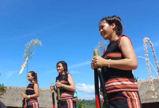 Các thiếu nữ Gia rai thể hiện sự tài tình thăng bằng trên cây cà kheo của mình