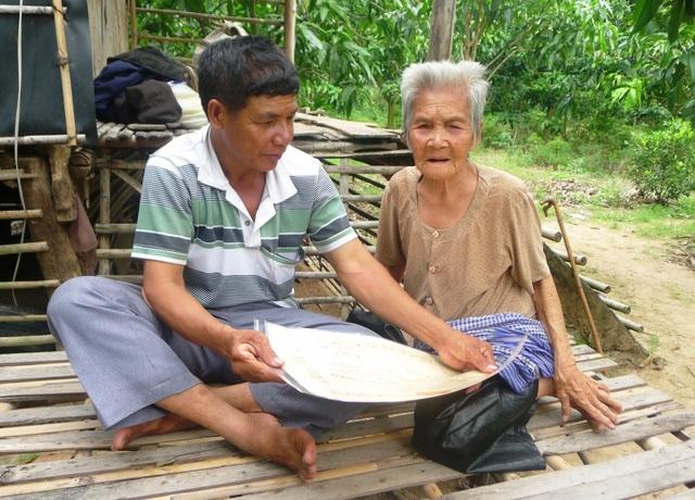 Ngày 10/6 vừa qua, ông Võ Văn Phước vô cùng bất ngờ khi được chính quyền địa phương mời lên trao Huân chương kháng chiến hạng Ba cho cha mẹ của ông.