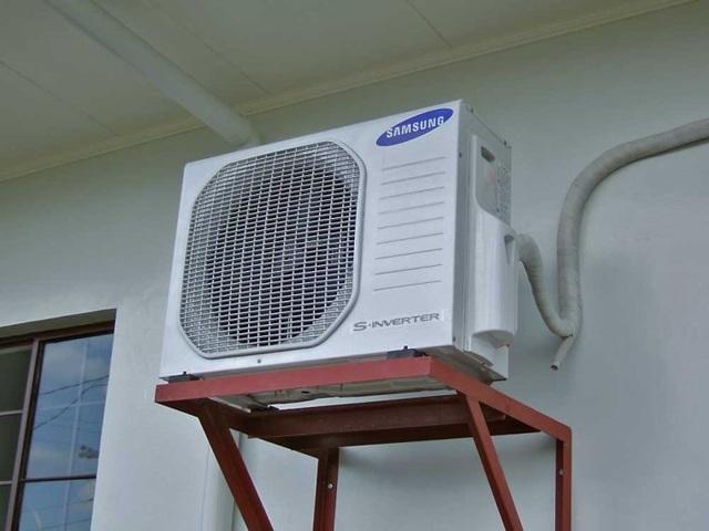 Giá treo dàn nóng cần được đảm bảo chắc chắn. Khi lắp đặt, nên đặt cục lạnh cao hơn cục nóng.