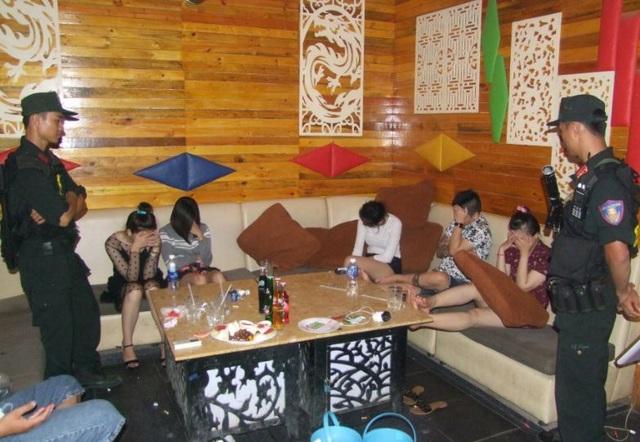 Lúc ập vào quán, nhiều phòng karaoke vẫn đang hoạt động dù đã quá nửa đêm