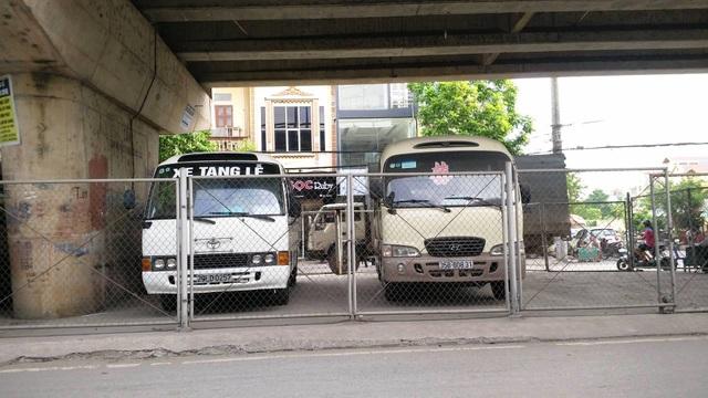 Các loại xe ô tô cá nhân, xe ô tô khách, ô tô dịch vụ đậu tràn lan dưới gầm cầu vượt Thanh Bình.